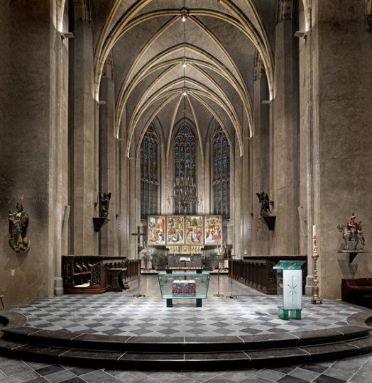 Altaar en Ambo voor de St.Martinuskerk te Venlo Glas en gestraald glas 100x140x90 cm en 120x55x40 cm. 2005-2008 (foto: Egon Notermans)