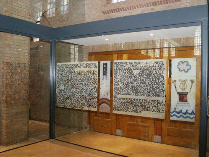 """""""Psalmen"""" Glaswand voor de St.Petruskerk te Bergen (L.) Schilderingen in glas gebrand Totale lengte 16,7 meter 2010-2011"""