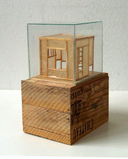 """""""Kammer für eine Seele"""" hout, papier, glas en lak 20,5x16x30 cm. 2004/2007"""