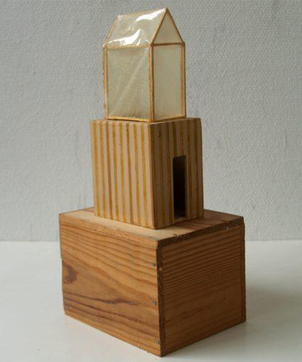 """""""Kammer für eine Seele"""" hout, papier, alkyd en lak 20,5x16x42 cm. 2005 particuliere collectie Close<br />"""