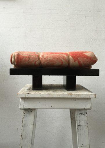 """""""Nog zonder titel"""" objekt / hout, lakverf, deken en touw 2015 46x26x21 cm."""